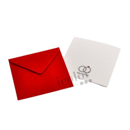 Invitación de boda moderno con anillos de boda.